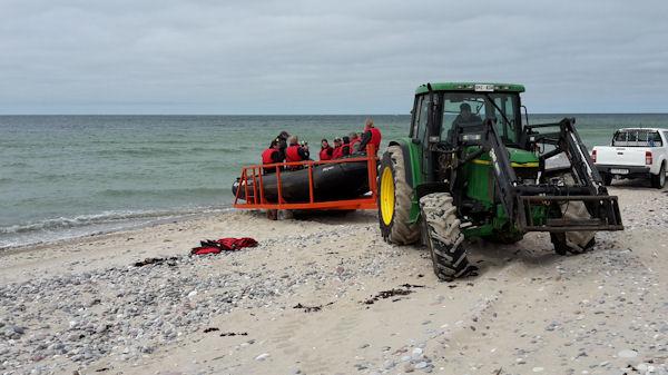 På grund av vindar och sandbankar blev det 'läktring' både till och från ön vilket betyder att båten inte kan köra i land utan allt får lastas i gummibåt.