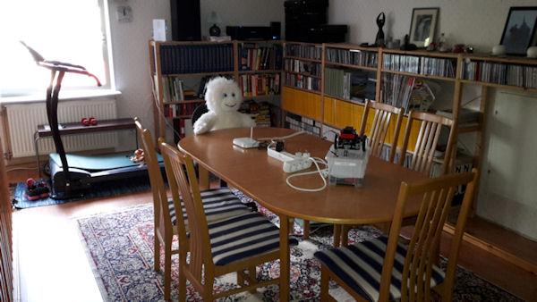 Bordet opå övervåningen är förberett men det verkar visst redan sitta en deltagare och vänta ?!